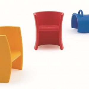 Krzesełka Trioli mogą też służyć jako zabawki-siedziska. Magis Me Too.