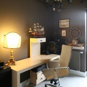Dzięki marynistycznym dekoracjom za biurkiem można się poczuć jak na stanowisku kapitana okrętu. Fot. B. Jarosz.jpg