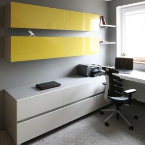 Fronty górnych szafek wykończone się lakierowanym na wysoki połysk MDF-em w kolorze żółtym. Fot. Bartosz Jarosz.