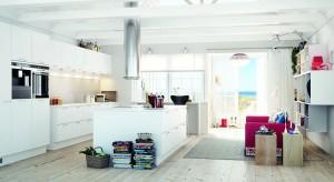 Redakcyjna projektantka, Ewa Gumkowska proponuje rozwiązania dotyczące oddzielenia kuchni od salonu przy pomocy wyspy.