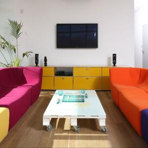 Do spółki z modułową kanapą (także ze starego domu) wnętrze jest nie tylko nowoczesne, ale i bardzo ciepłe, wesołe, pełne pozytywnej energii. Fot. Bartosz Jarosz.