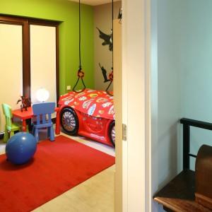 W wyposażeniu dziecięcego wnętrza nie może zabraknąć stolika i krzesełek, dostosowanych wielkością do wzrostu małego gospodarza. Fot. B. Jarosz.