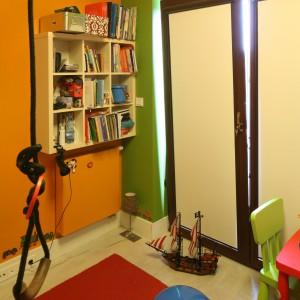 Pomarańczowo-zielony kontrast widoczny na ścianach wnosi do pokoiku dawkę radosnej energii. Fot. B. Jarosz.