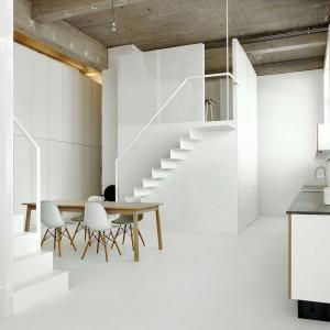Ten zdominowany przez biel loft znajduje się w Brukseli. Powstał w przestrzeni pofabrycznej. Architekci wyeksponowali w nim zarówno wysokość pomieszczeń, charakterystyczne okna, jak i surowy sufit. Projekt: adn architectures. Fot. adn architectures.