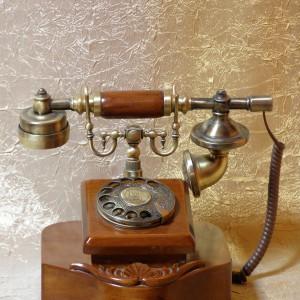 Telefon analogowy robi większe wrażenie niż najnowszy model smartfona. Fot. Bettina.