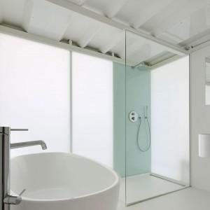 Duży metraż pozwolił także na zaaranżowanie przestrzeni prysznicowej. Fot. adn architectures.