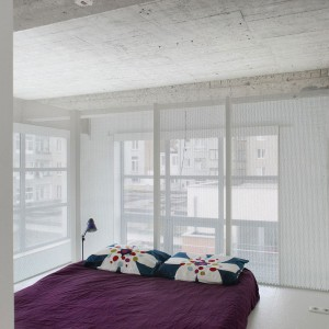 Sypialnia to jedno z tych pomieszczeń, które zostały oddzielone, aby zapewnić niezbędną intymność. Fot. adn architectures.