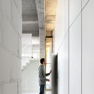 Ciekawy pomysł na nowoczesną, a przy tym wyjątkowo pojemną zabudowę. Fot. adn architectures.