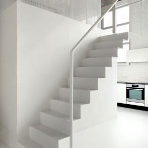Schody w wersji minimal. Białe są nie tylko stopnie, ale i balustrada. Fot. adn architectures.
