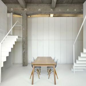 Nietypowa, nieskazitelnie biała zabudowa sięga aż do wysokiego sufitu. Fot. adn architectures.