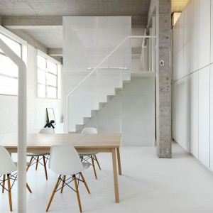 Połączenie bieli, surowego betonu i przestrzeni dało niezwykły efekt czystości i przestronności wnętrza. Fot. adn architectures.