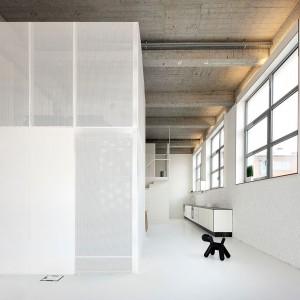 Uwagę zwraca nietypowe wydzielenie przestrzeni za pomocą metalowych ścianek działowych. Fot. adn architectures.