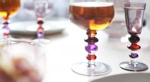 Kieliszki na wino w mniej tradycyjnej formie? Czemu nie! Zaskoczysz znajomych ich ciekawym, niebanalnym wyglądem.