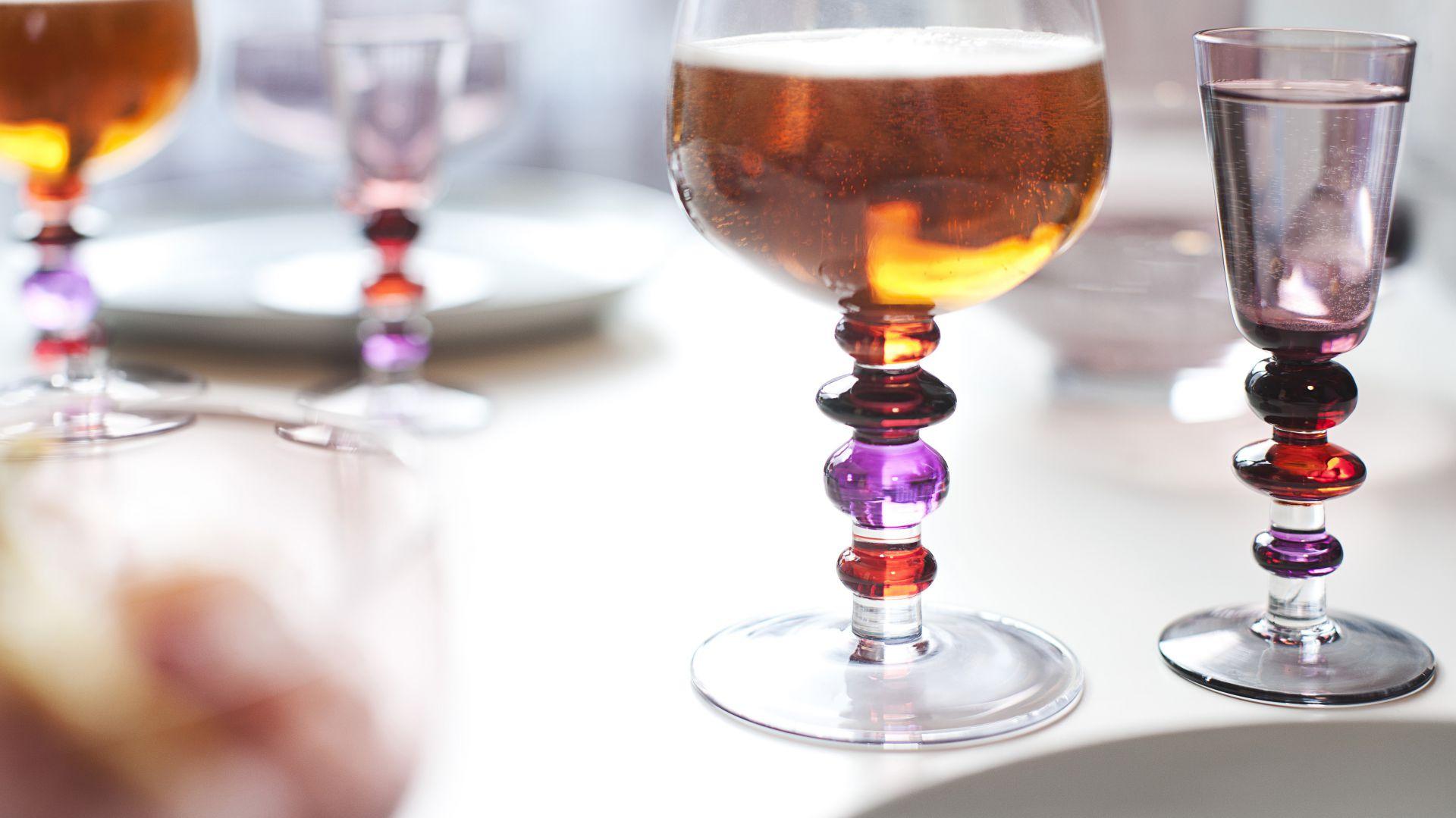 Zestaw dwóch kieliszków do wina z kolekcji Spectra. Na grubej nóżce znajdują się kolorowe zgrubienia, przypominające duże koraliki. Wykonane ręcznie. Wysokość 17 cm. Pojemność 0,35 l. 89,90 zł, Sagaform/Fide.