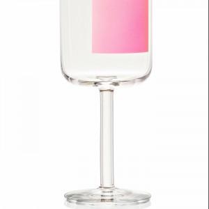 Kieliszek do czerwonego wina. Szkło ozdobione jest kwadratem w jasnym, różowym kolorze. Wysokość 20,1 cm. Ok. 85 zł, HAY/Hayshop.