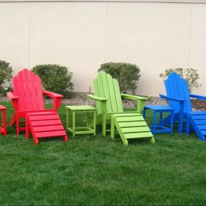 Ekologiczne meble z recyklingu w nasyconych kolorach.