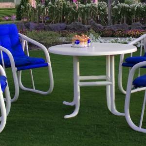 Zestaw mebli Garden Furniture. Konstrukcja opiera się na plastikowych rurkach, siedziska miękkie, tapicerowane.