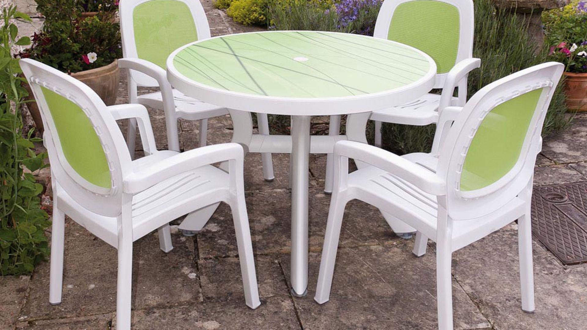 Połączenie plastiku z klasyczną formą stworzyło bardzo ciekawy miks stylistyczny. EW Garden Furniture.