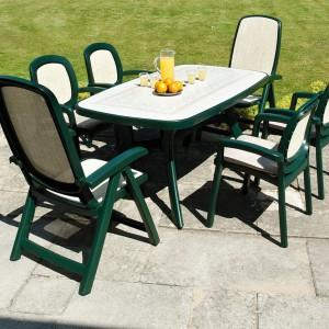 Połączenie jasnej, lekko przezroczystej tkaniny z butelkową zielenią podkreśla klasyczny styl mebli. Garden Patio Furniture.