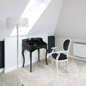 Stylizowana toaletka, krzesło i delikatna, ażurowa lampa stojąca akcentują charakter wnętrza. Fot. Bartosz Jarosz.