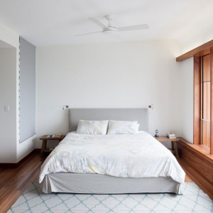 Prosta, minimalistyczna, ale przytulna sypialnia. Fot. Wilson Architectures.