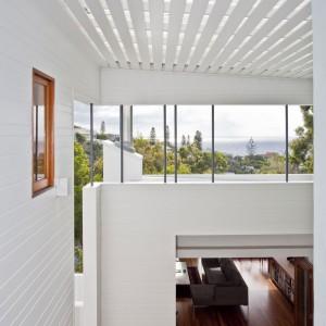 Drewno zestawiono ze świeżą, lekką bielą. Fot. Wilson Architectures.