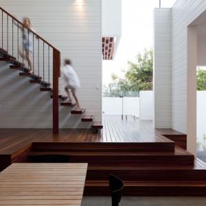 W projekcie wnętrza wielką rolę odgrywają naturalne materiały, takie jak widoczne na zdjęciu drewno. Fot. Wilson Architectures.