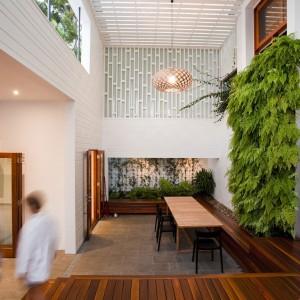 """Wewnętrzne """"patio"""" jest miejscem spotkań wszystkich domowników. Fot. Wilson Architectures."""