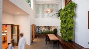 Sunshine Beach House to projekt australijskiego studia projektowego Wilson Architectures. Meksykańskie i śródziemnomorskie wpływy łączą się tu z niezwykłą miłością do zieleni i przyrody, która w tym wnętrzu gra pierwsze skrzypce.
