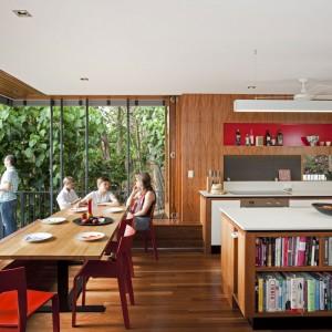 Wyspa kuchenna pełni też funkcję podręcznej biblioteczki. Fot. Wilson Architectures.