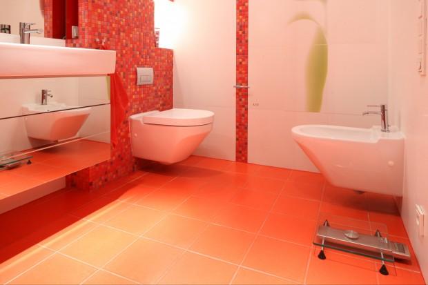 Łazienka z czerwienią w tle