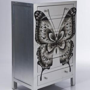 Komoda na dokumenty ozdobiona skrzydłami motyla. Bardzo kobiecy mebel. Fot. Le Pukka.