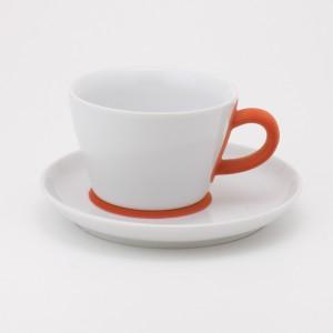 Filiżanka Five Senses, projektu Barbary Schmidt, poza eleganckim wykonaniem, zachwyca pomarańczowym uszkiem, w które wtłoczono aksamitną tkaninę otulającą palce. Rozkosz dla podniebienia i dłoni. Fot. Czerwona Maszyna.