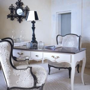Zdobione biurko i tapicerowane wzorzystą tkaniną fotele to atrybuty gabinetu damy. Fot. Grange.