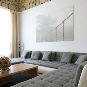 Wygodne kanapy tworzą część wypoczynkową. Fot. Bartosz Jarosz.