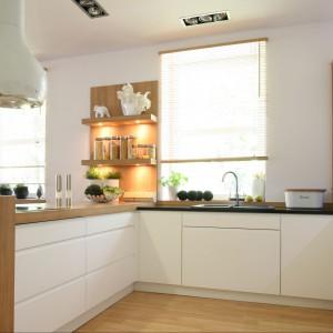 Elegancki i funkcjonalny półwysep to także strefa gotowania, nad którą góruje designerski okap. Od strony kuchni pod blatem praktyczne szuflady. Fot. Bartosz Jarosz.