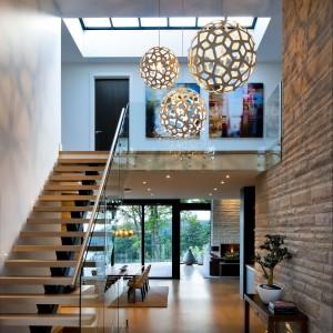Uwagę zwraca piękne, nowoczesne oświetlenie. Wysokość pomieszczeń sprawia, że projektanci mogli wybrać lampy o niezwyczajnej długości. Fot. Brandon Barre.