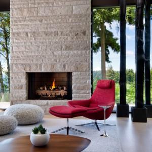 Surowe okładziny kamienne umiejętnie ocieplone naturalnymi materiałami i ciepłymi tkaninami. Fot. Brandon Barre.