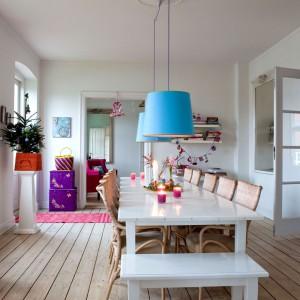 Widok na jadalnię z białym stołem, ścianami i bielonymi deskami podłogowymi. Fot. Sian Williams/Narratives.