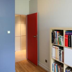 Segregatory i książki znalazły swoje miejsce na minimalistycznym regale. Fot. Bartosz Jarosz.