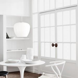 Helium to kolekcja trzech lekkich, delikatnych lamp o organicznym kształcie. Klosz z białego szkła daje miękkie i przyjemne, rozproszone światło. Proj. Hans Sandgren Jakobsen. 1.416,33 zł, Lightyears/Atak Design.