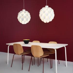 Lampa Norm o nowoczesnej, lekkiej formie. Zapewnia fajny efekt świetlny. Wykonana z tworzywa sztucznego. Średnica 50 cm. 460 zł, Normann Copenhagen/Square Space.