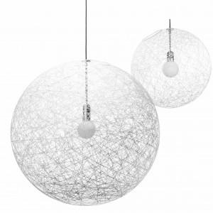 Lampa Random Light o kształcie kuli. Wykonana z włókna szklanego i żywicy epoksydowej. Ciekawy wzór, wyglądający jak nawinięta nić, pięknie rozprasza światło. Średnica 50 cm. Proj. Bertjan Pot. 2.560,80 zł, Moooi/Deco24.
