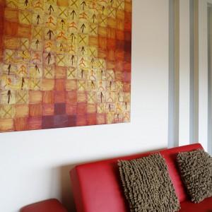 Obraz w ciepłych barwach ożywia białe ściany domowego biura. Fot. Marcin Onufryjuk.
