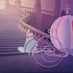 """Kadr z filmu """"Kopciuszek"""" - główna bohaterka wsiada do karety z dyni."""