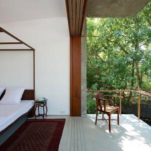 Sypialnia zdaje się żyć w całkowitej symbiozie z przyrodą. Śpiąc możesz słuchać lasu i płynącego tuż przy tarasie strumienia. Fot. Sebastian Zachariah.