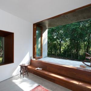 Aranżacja ograniczona do minimum - białe ściany, naturalne drewno, przestrzeń i bliskość z naturą. Fot. Sebastian Zachariah.