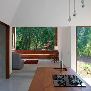 Drewniana, maksymalnie prosta kuchnia otwarta na świat. Fot. Sebastian Zachariah.