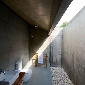 Łazienka - cała w betonie, a jednak blisko natury. Fot. Sebastian Zachariah.