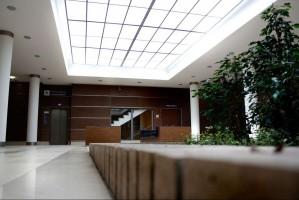 Wnętrza nowej siedziby Prokuratur Poznańskich. Współpraca z Pracownią Wojciecha Kolesińskiego – autorem architektury budynku. Projekt przestrzeni ogólnodostępnych, sanitariatów i pomieszczeń biurowych z zaznaczeniem podziału na prokuratury rejonowe, prokuraturę okręgową i apelacyjną. Opracowanie zawierało także projekt informacji wizualnej pomagającej w poruszaniu się po budynku.